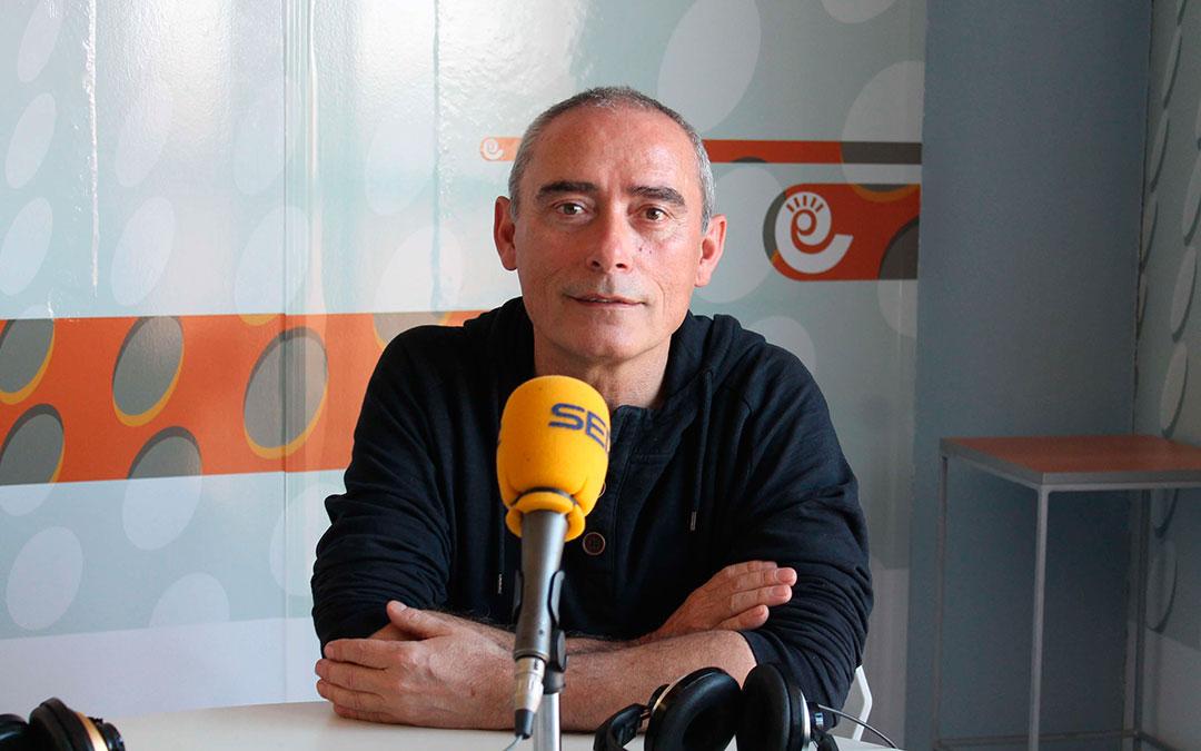 Salvador Berlanga en su última visita al estudio de Radio La Comarca./ L.C.