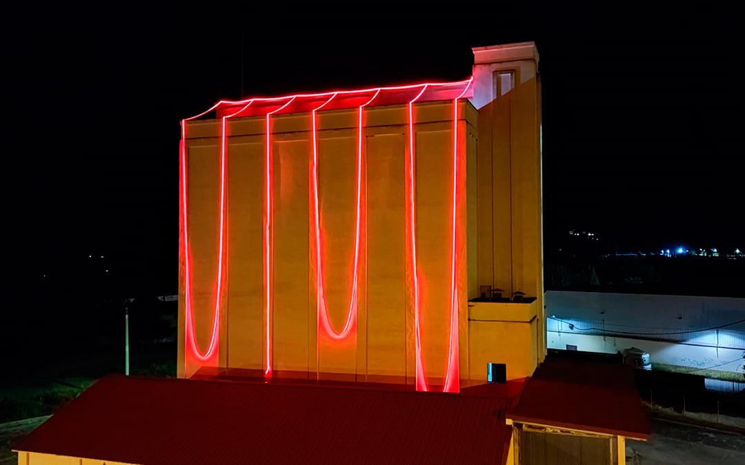 Unas luces led de color rojo cuelgan del silo de Alcañiz desde este domingo por la noche./ Carlos García
