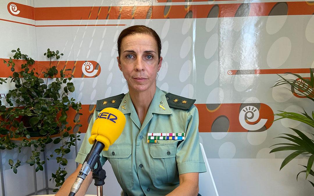 La Teniente Coronel de la Guardia Civil, Silvia Gil, en el estudio de Radio La Comarca./ A.M.