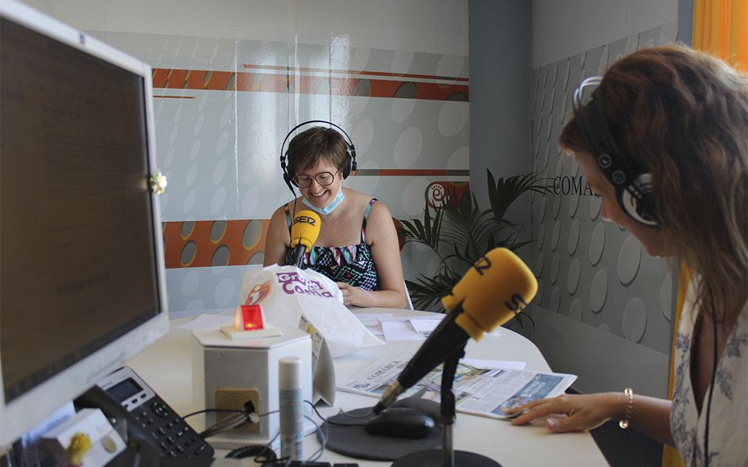 Sorteo de los premios del concurso 'Comparte tu verano' en Radio La COMARCA. La mano inocente fue Esther Arnas