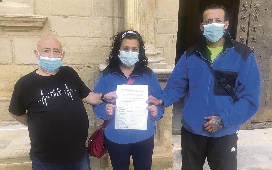 Una representación de los trabajadores afectados han entregado este jueves un escrito en el Ayuntamiento / L. Castel