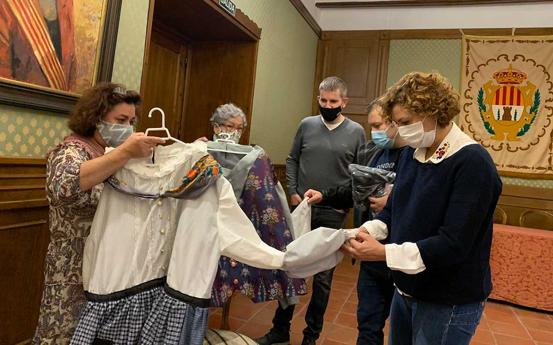 Entrega de la primera tanda de los trajes para el cabezudo de la abuela y el baturro / Ayto Alcañiz