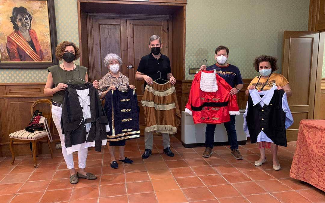 Carmen y Concha entregaron al Ayuntamiento de la localidad la segunda tanda de trajes el pasado mes de mayo / Ayto Alcañiz