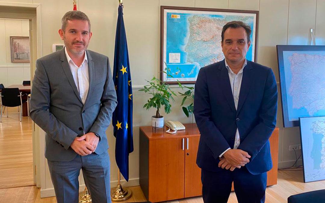 El alcalde de Alcañiz, Ignacio Urquizu; junto al secretario de Infraestructuras, Sergio Vázquez, en Madrid / Ayto. Alcañiz