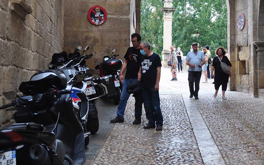 En Valderrobres además de los turistas habituales durante el segundo fin de semana de septiembre, se han unido decenas de asistentes a Moto GP. J.L.