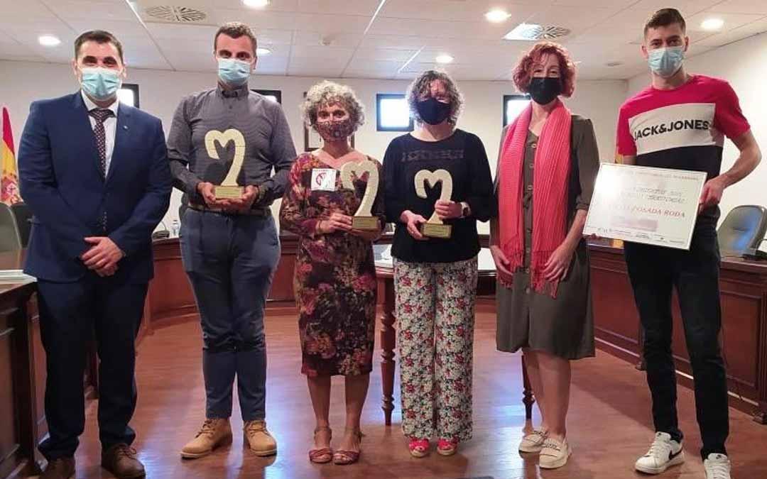 Foto de familia de los premiados y de los representantes de la Asociación de Empresarios y Caja Rural.