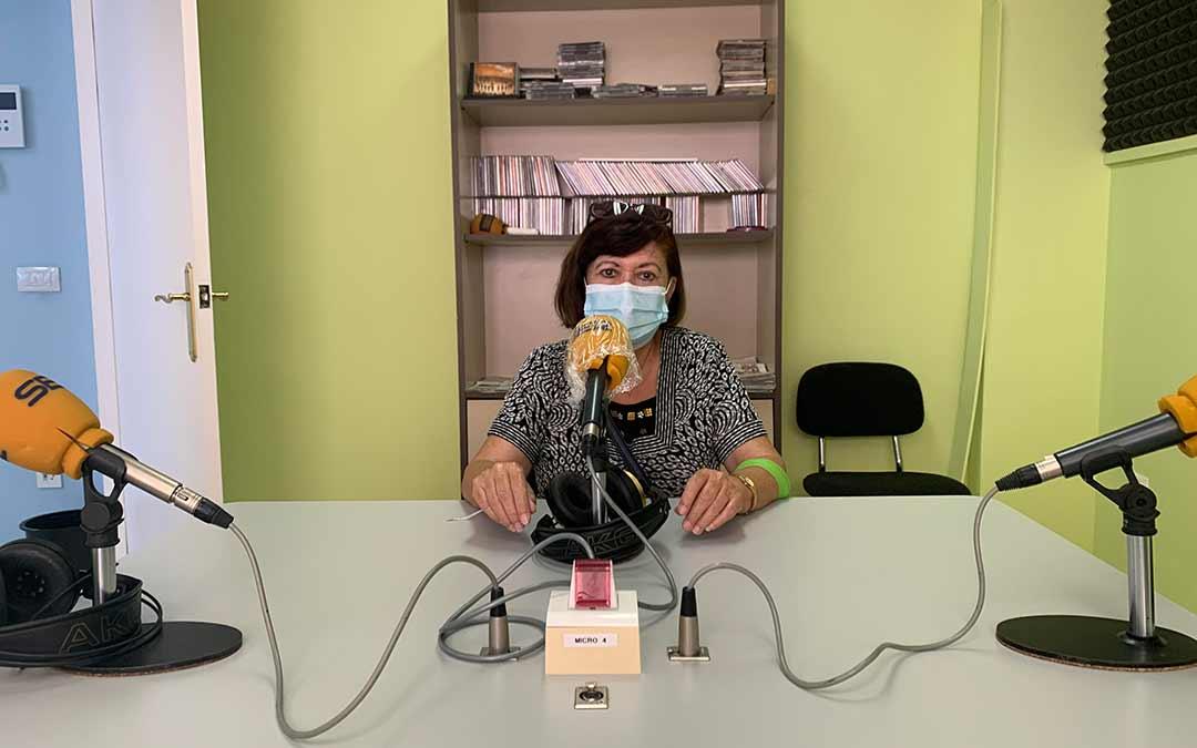 Alicia Ortiz, presidenta del Hogar del Jubilado de Caspe, en Radio Caspe / Eduard Peralta