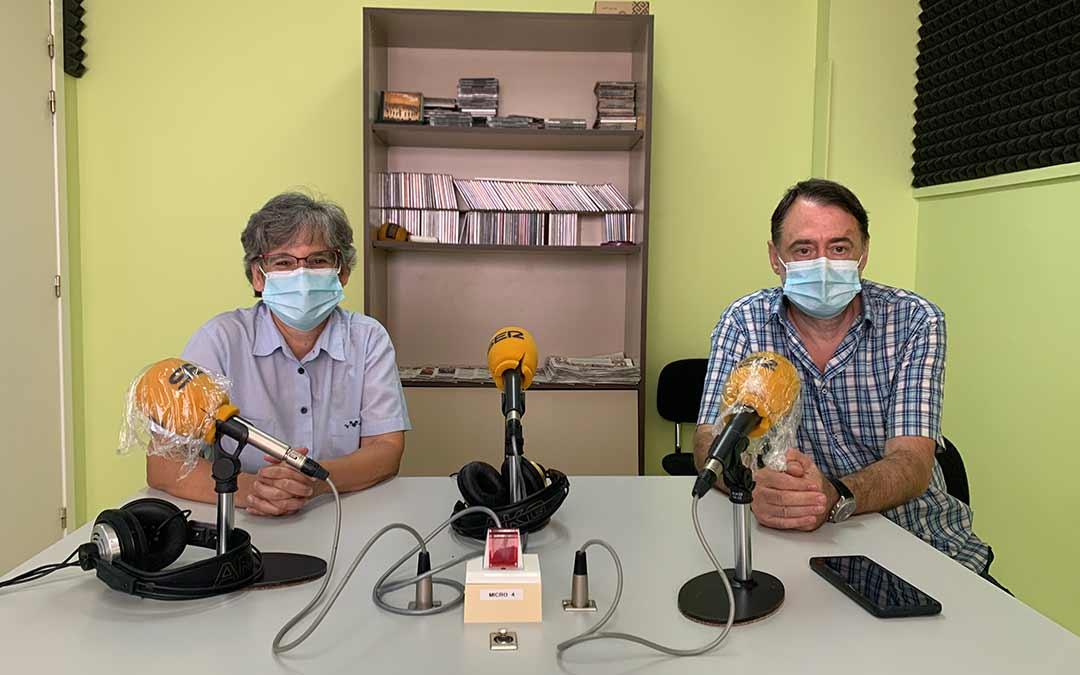 Isabel García, presidenta del CEBAC, y Carlos Mazo, director del curso de Arqueología, en Radio Caspe / Eduard Peralta