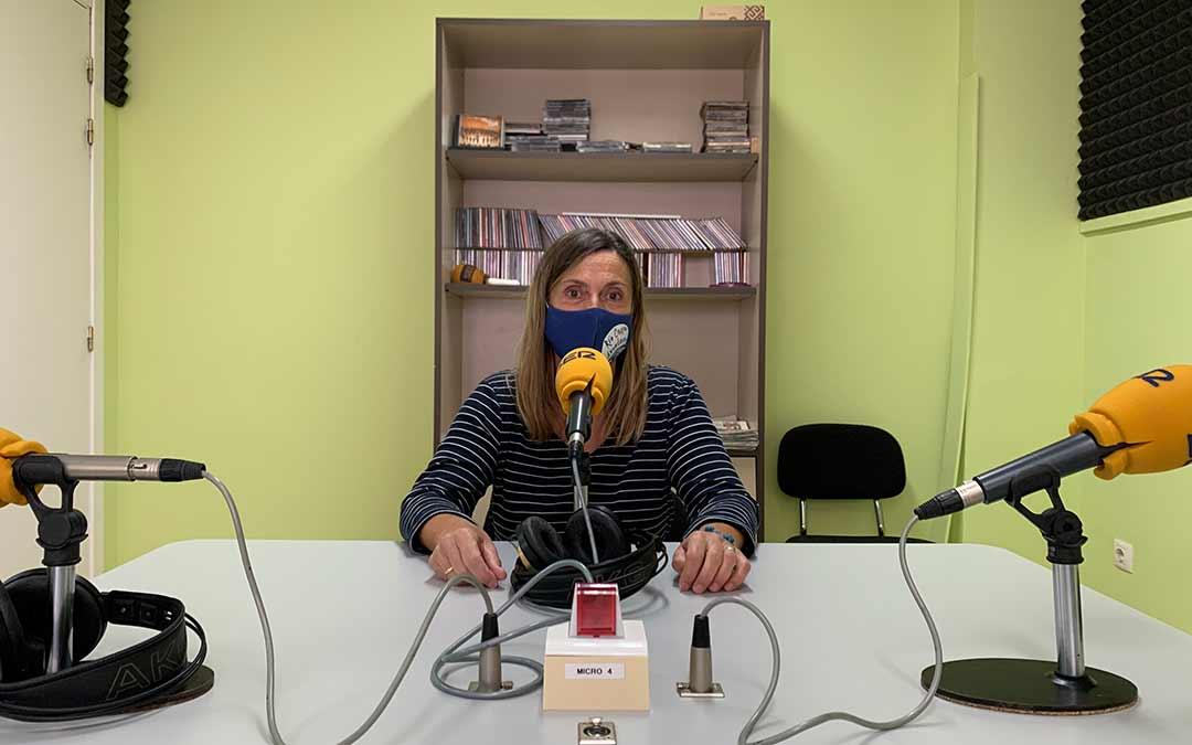 Cristina Bret, dinamizadora de APEC, en Radio Caspe / Eduard Peralta