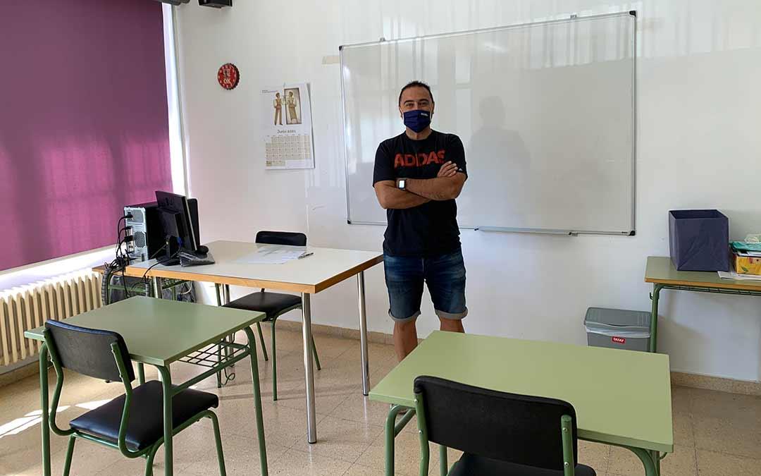 David López, director del Centro de Educación para Adultos en Caspe, en una de las aulas / Eduard Peralta