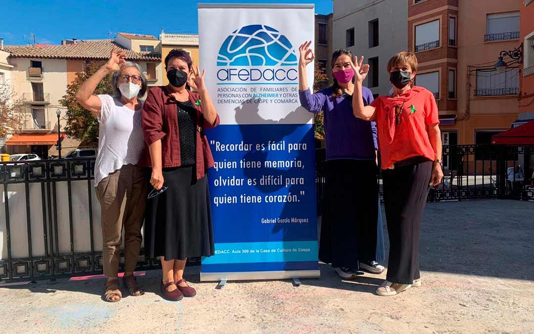 Responsables de AFEDACC en la Plaza de España de Caspe / Eduard Peralta