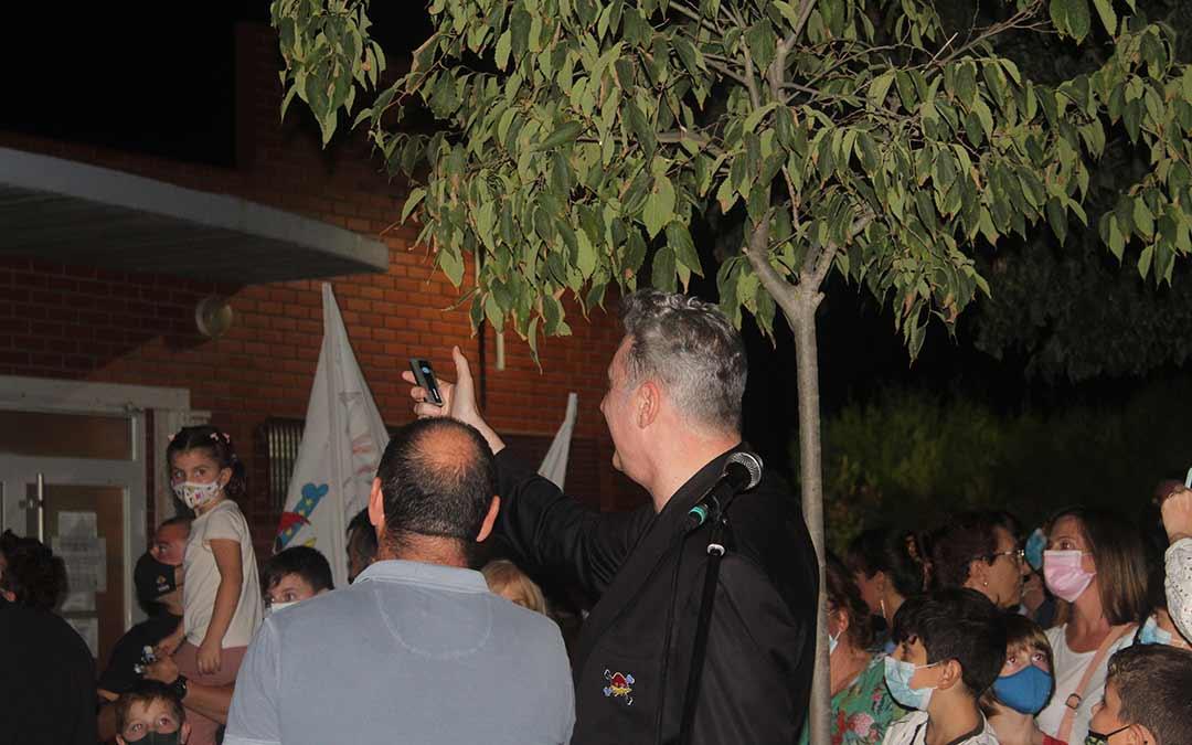 Loquillo junto a Javier Nicolás, alcalde de Chiprana, en el momento de inaugurar las letras con su nombre en el pabellón / Eduard Peralta