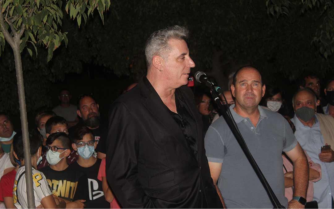 Loquillo hablando durante el homenaje que le preparó el Ayuntamiento de Chiprana / Eduard Peralta