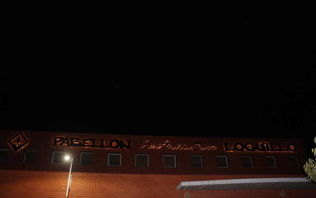 Así luce el pabellón de Chiprana tras la colocación de las nuevas letras en honor a Loquillo / Eduard Peralta