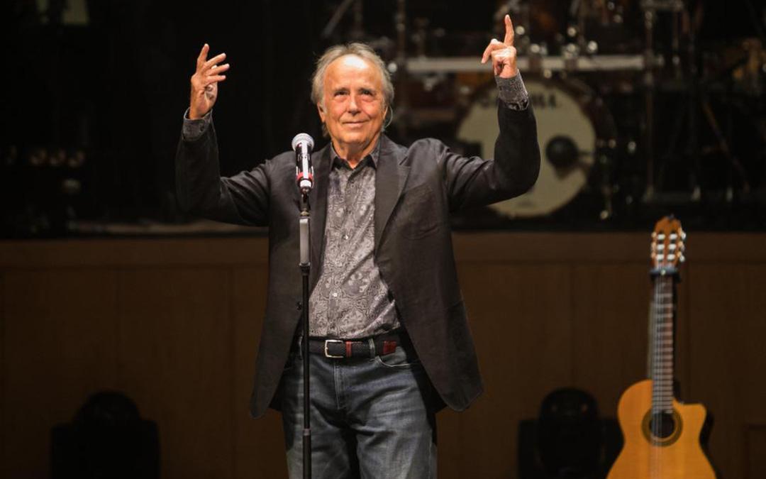 Joan Manuel Serrat cantó 'El olivo', del primer disco de Carbonell, 'Con la ayuda de todos', y su propio himno 'Aquellas pequeñas cosas'. / Oliver Duch.