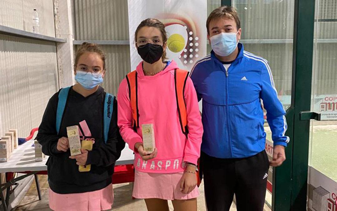 Las bajoaragonesas Sabrina Escobar y Cayetana Aznar junto a Agustín Escobar, entrenador y padre de la primera / A.E