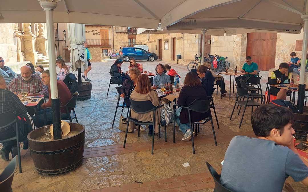 El bar de la plaza de Beceite durante el puente del Pilar. / Javier de Luna