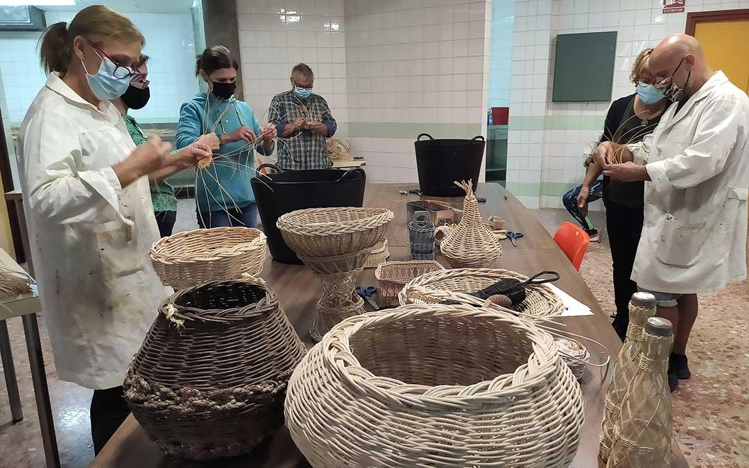 Los alumnos durante una clase del taller de mimbre. / Ayt. Andorra