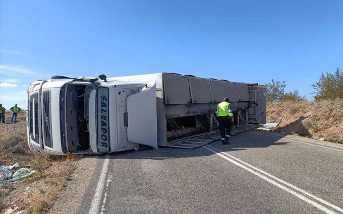 Un herido grave y otro leve tras volcar un camión con 580 cerdos en Muniesa