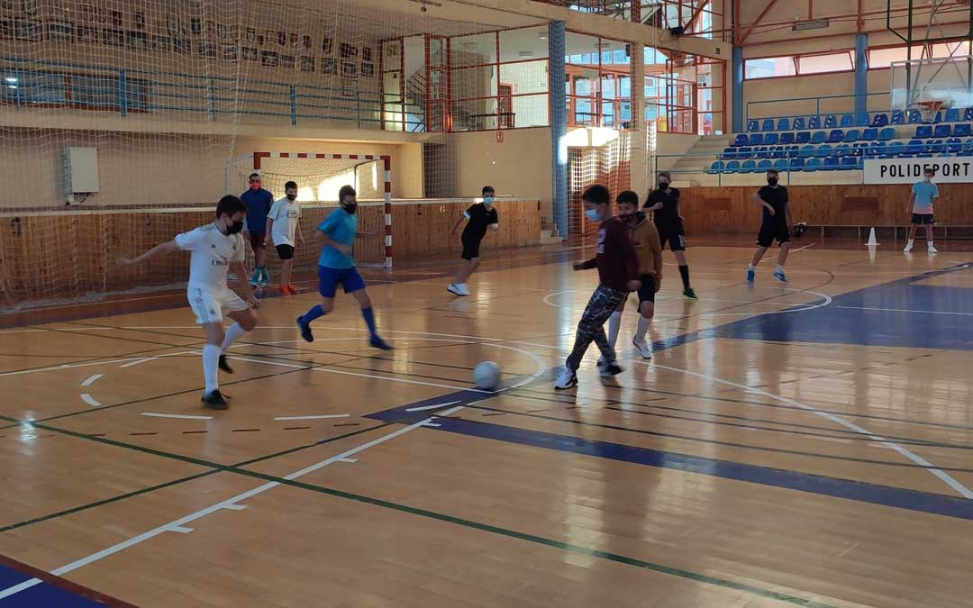 Un grupo de jóvenes practicando fútbol sala en el polideportivo andorrano. Foto. Ayto. Andorra