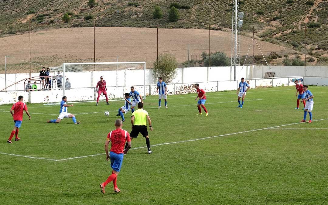 Partido entre el Alcorisa y el Calanda, disputado en la mañana del domingo en el José Roca./ Alicia Martín
