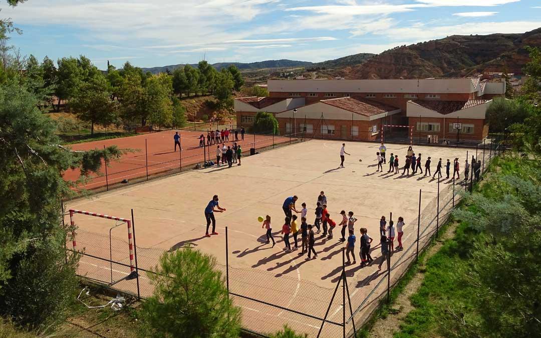 Parte de la plantilla del Club Voliebol Teruel se acercó al colegio de Alcorisa a jugar, conversar y firmar autógrafos. / Ayto. Alcorisa