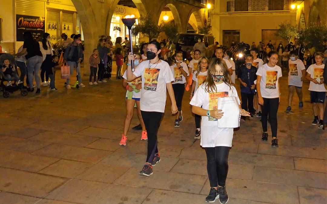 Los niños y niñas del colegio El Justicia se ocuparon de llevar la antorcha olímpica en la apertura de los actos. / Ayto. Alcorisa