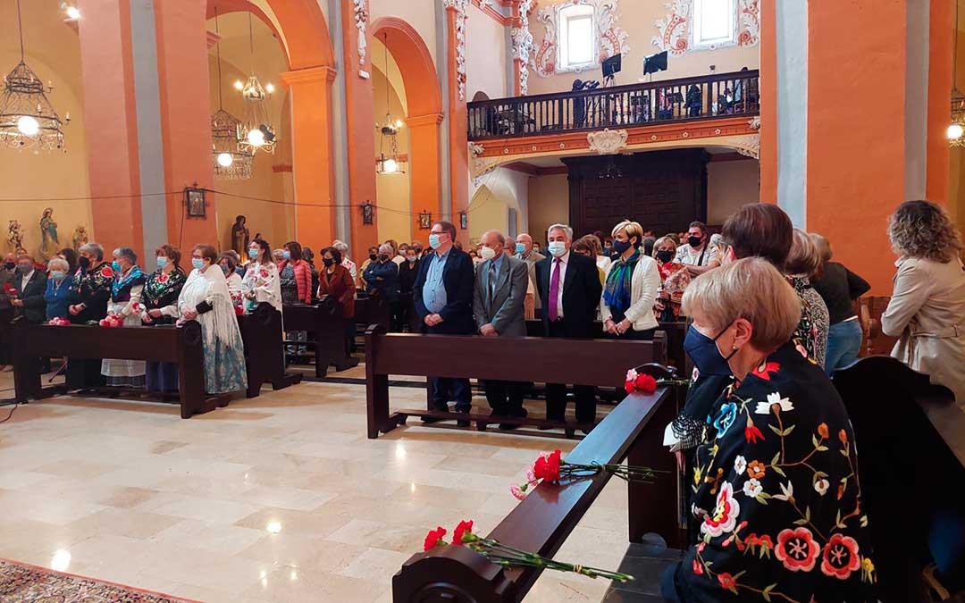 El grupo Antología Aragonesa ha amenizado, desde el coro, la misa baturra del Pilar en Beceite. J.L.