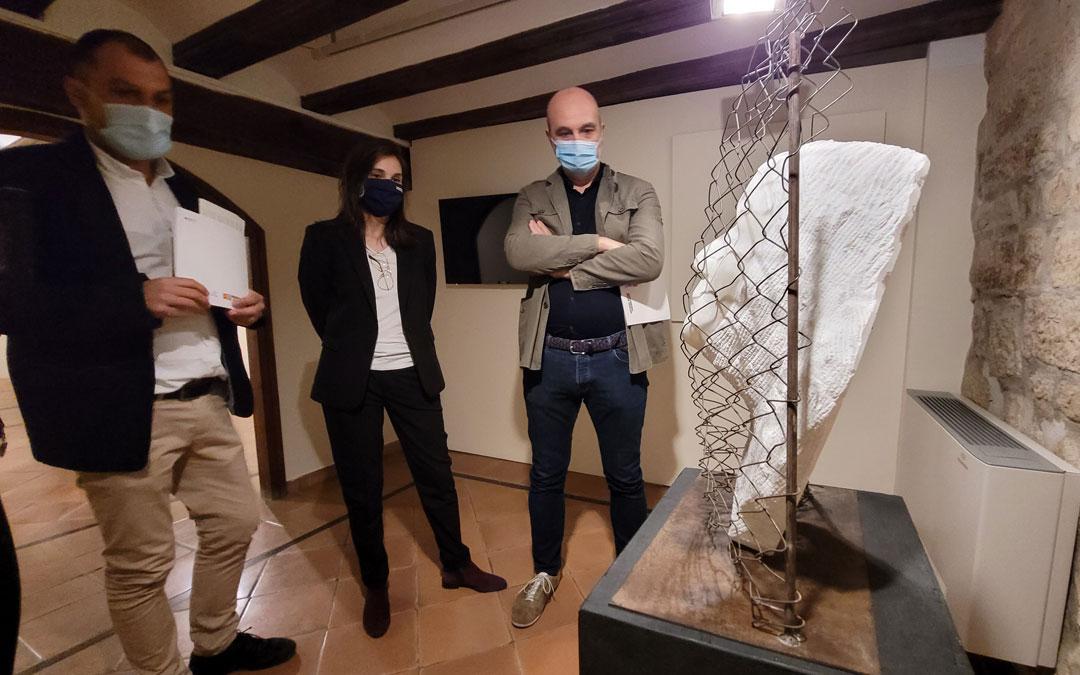 El director general de Cultura de la DGA, Víctor Lucea, ante una de las obras de Marta Fresneda en el Museo Juan Cabré de Calaceite. / DGA