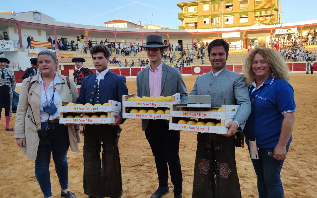 Donat y Domínguez y sus cuadrillas se fueron servidos de melocotones. / A. Gracia