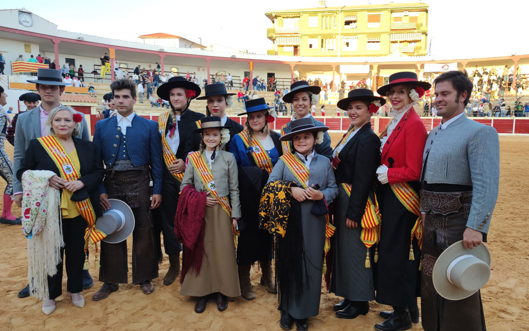 Foto de los rejoneadores y las reinas de fiestas de Calanda. / A. Gracia