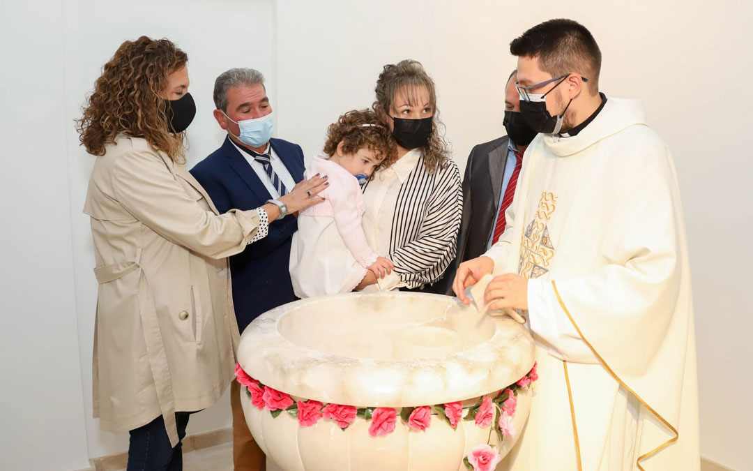Daiana Sierra Ibáñez fue bautizada en la misma pila que su familia. / En la pila bautismal. / Pilar Cortés-Foto Cliché