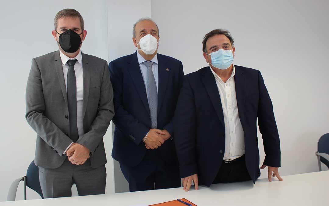 Foto de familia después de la firma del convenio entre la DPT y el Ayuntamiento / L. Castel