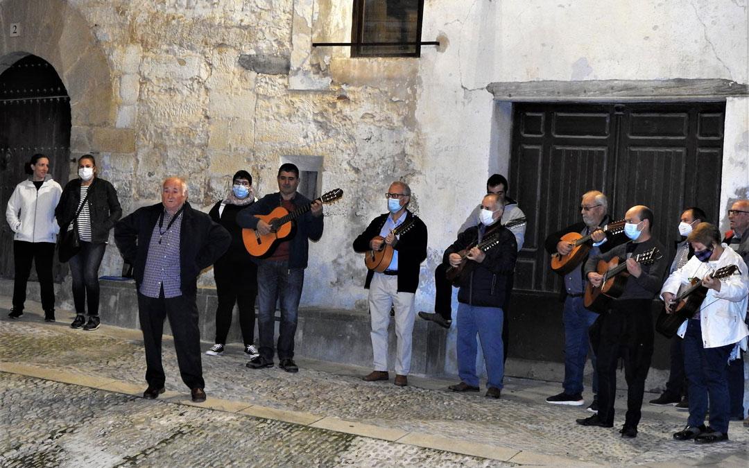 Ronda baturra en las calles de Cretas dentro de los actos culturales por Santa Pelagia. / Juan Luis Camps