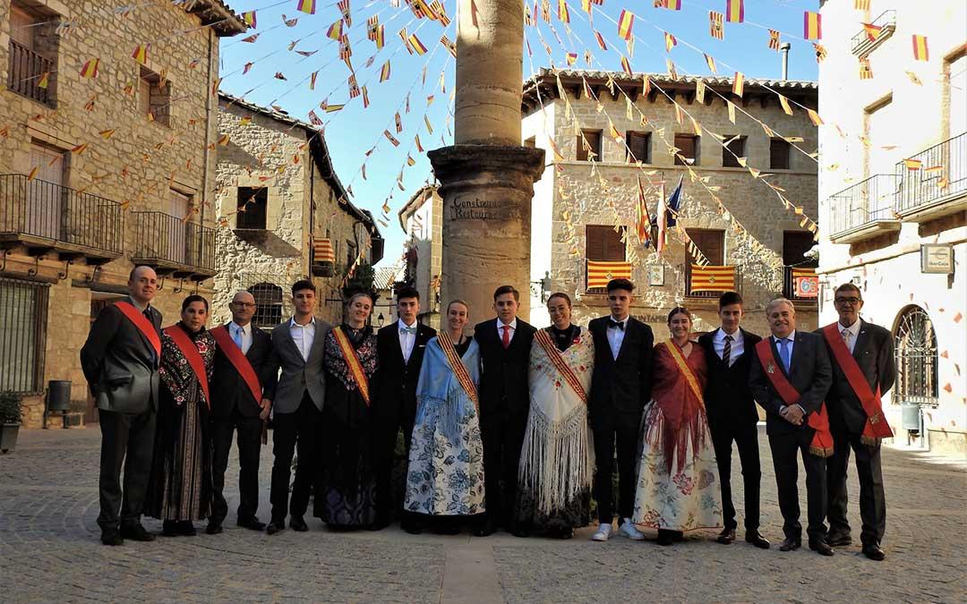 Foto de familia de las reinas, damas, acompañantes y corporación municipal de Cretas. Juan Luis Camps