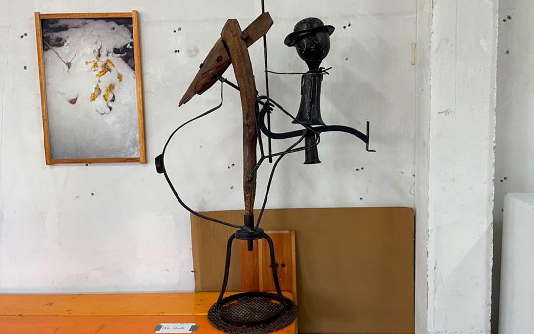 Un Don Quijote de hierro cabalgando sobre un Rocinante de madera./ María Celiméndiz