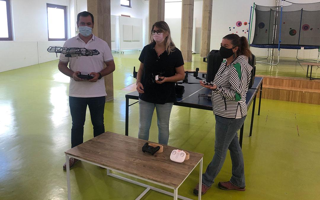 Espinosa enseñando haciendo una demostración del manejo de un dron a Mene y Gascón este miércoles en la rueda de prensa de presentación de la actividad en el centro Joven / L. Castel