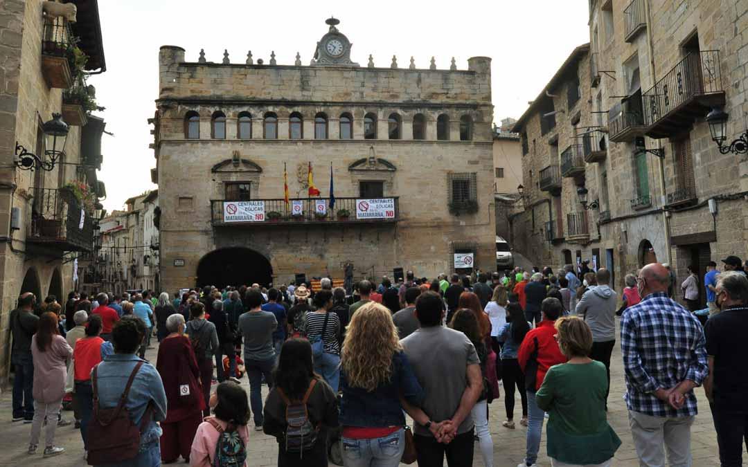 Asistentes de la práctica totalidad de municipios del Matarraña han concurrido al acto, guardando las distancias de seguridad. J.L.
