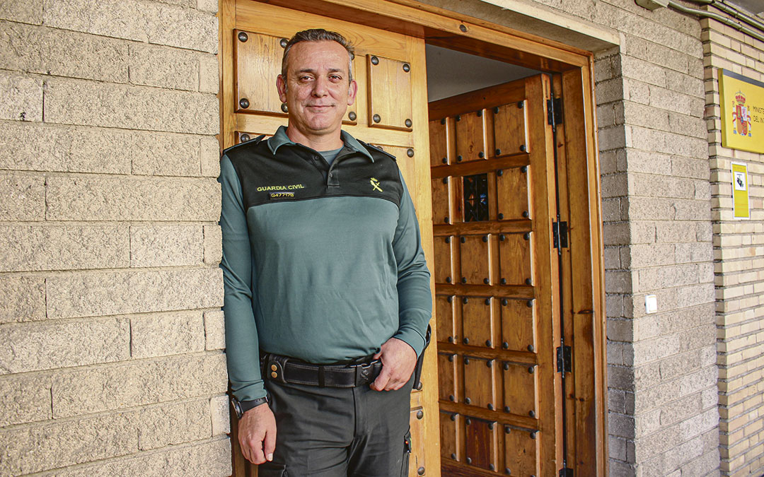El capitán Julián Cebrián, este lunes, en la puerta del cuartel de Alcañiz / L. Castel