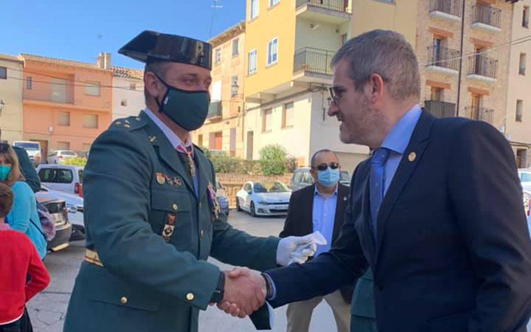 Ignacio Urquizu saludando al capitán de la Compañía de Alcañiz, Julián Cebrián este martes./Ayuntamiento de Alcañiz