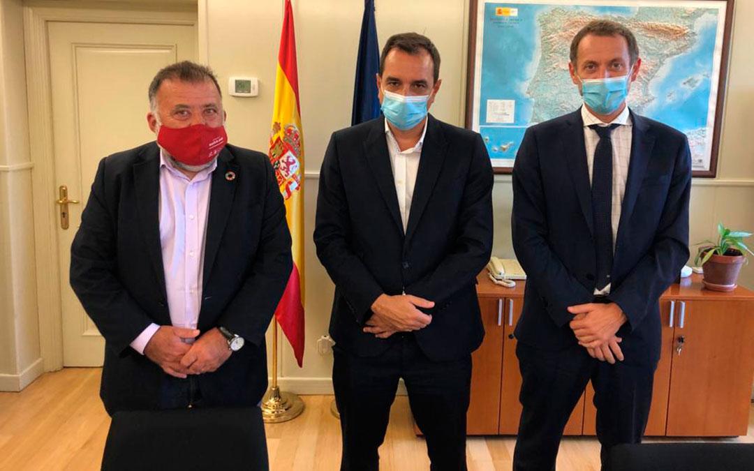 El diputado del PSOE por Teruel en el Congreso ha mantenido una reunión con el secretario general de Infraestructuras, Sergio Vázquez, y el director general de Conservación y Mantenimiento de ADIF, Ángel Contreras./ PSOE