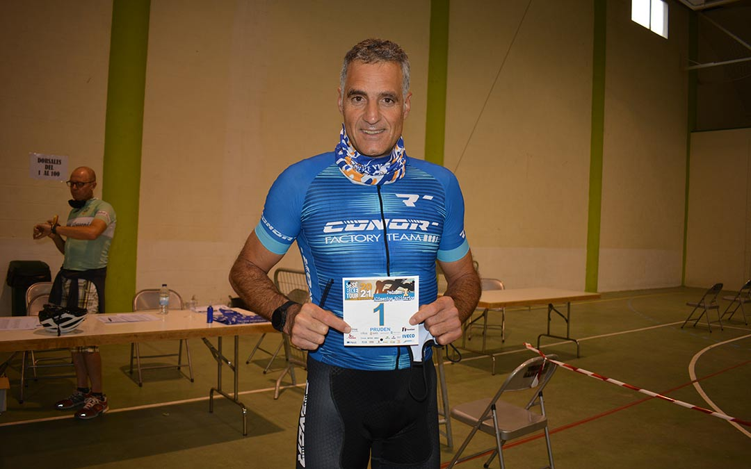 Prudencio Induráin embajador de la Sesé Bike Tour 2021 momentos antes de la salida./I.M.