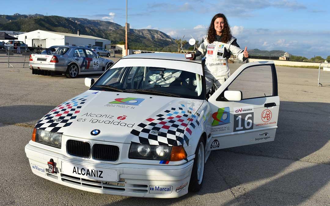La piloto alcañizana Laura Aparicio posa con su coche en Calafat./