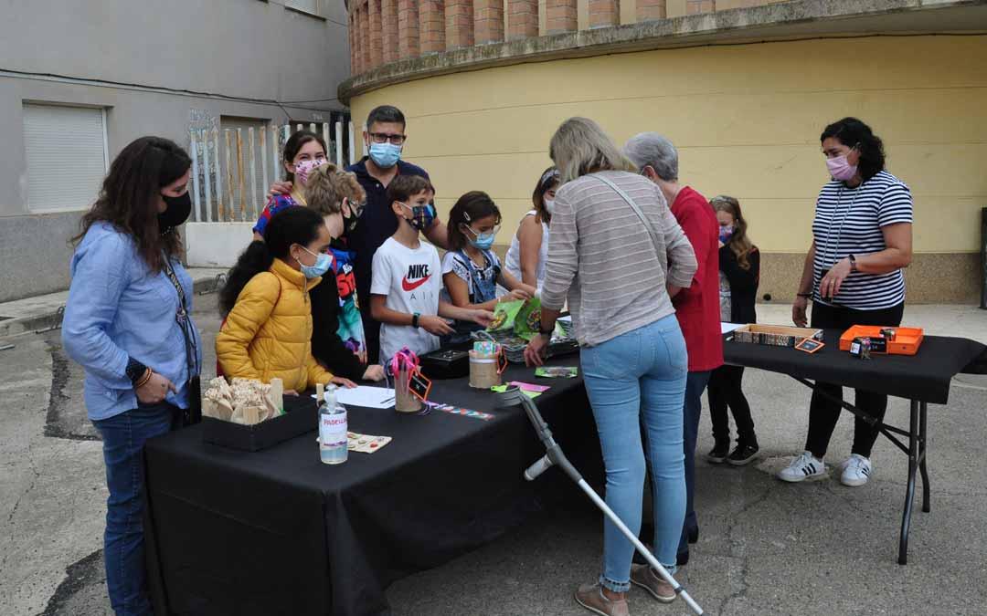 Los alumnos del centro educativo montaron un mercadillo de artesanía. J.L.