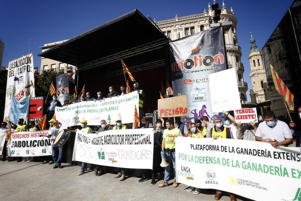 Protesta de agricultores y ganaderos por una PAC profesional / Oliver Duch-Heraldo