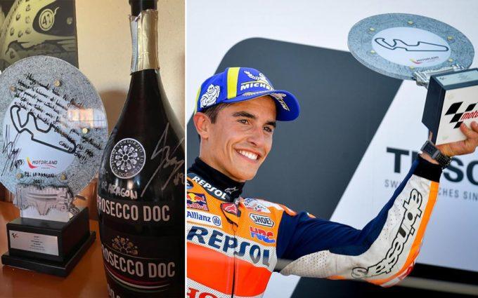 Marc Márquez le regala a la familia de Hugo Millán el trofeo que ganó en Motorland