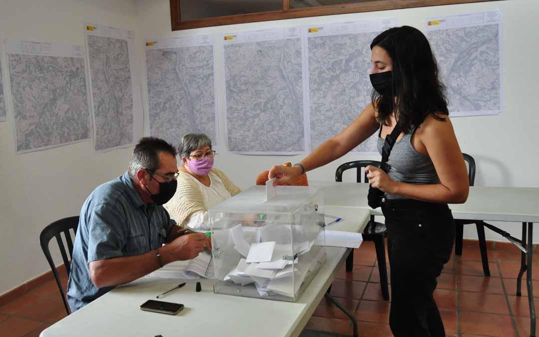 Una vecina de Mazaleón deposita su voto. J.L.