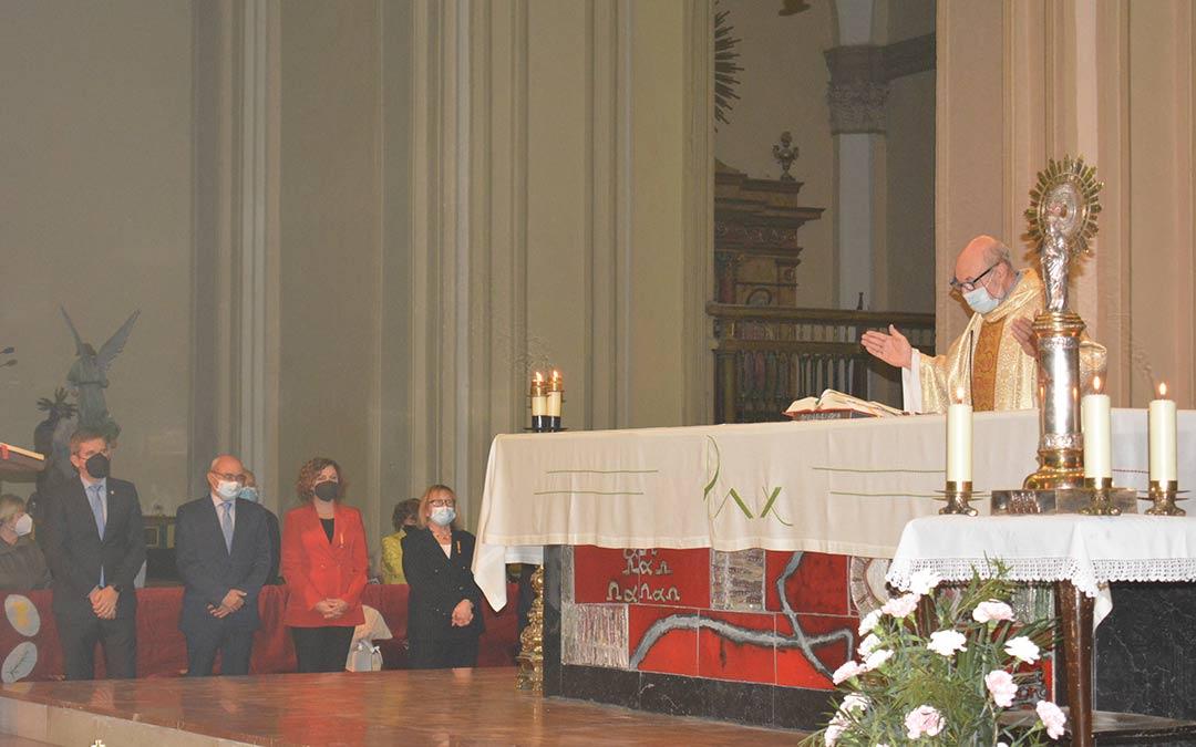 Momento de la misa baturra este martes en Alcañiz con la presencia de la corporación municipal./I.M.