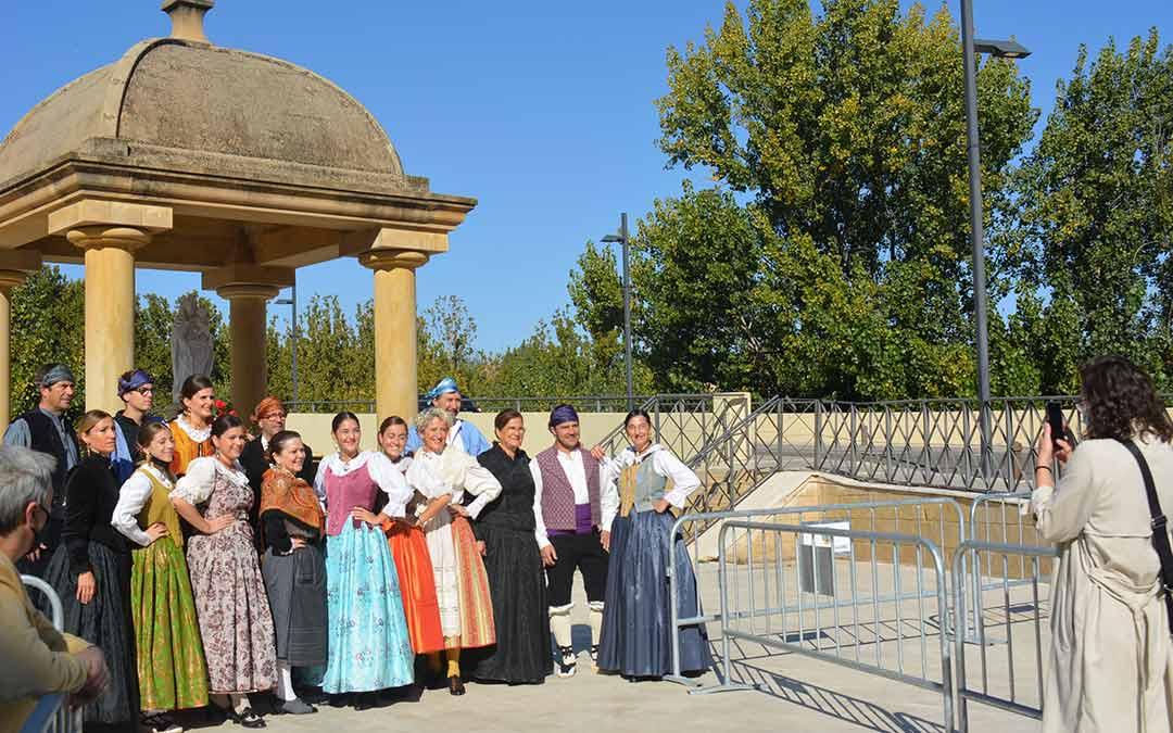 Grupos de familias acudían este martes a depositar flores en la ofrenda de Alcañiz./I.M.