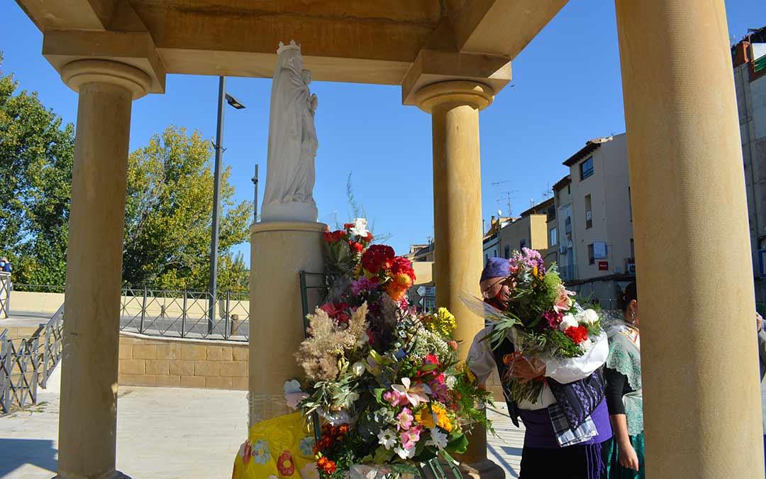 Uno de los miembros del Cachirulo colocando las flores en Alcañiz./I.M.